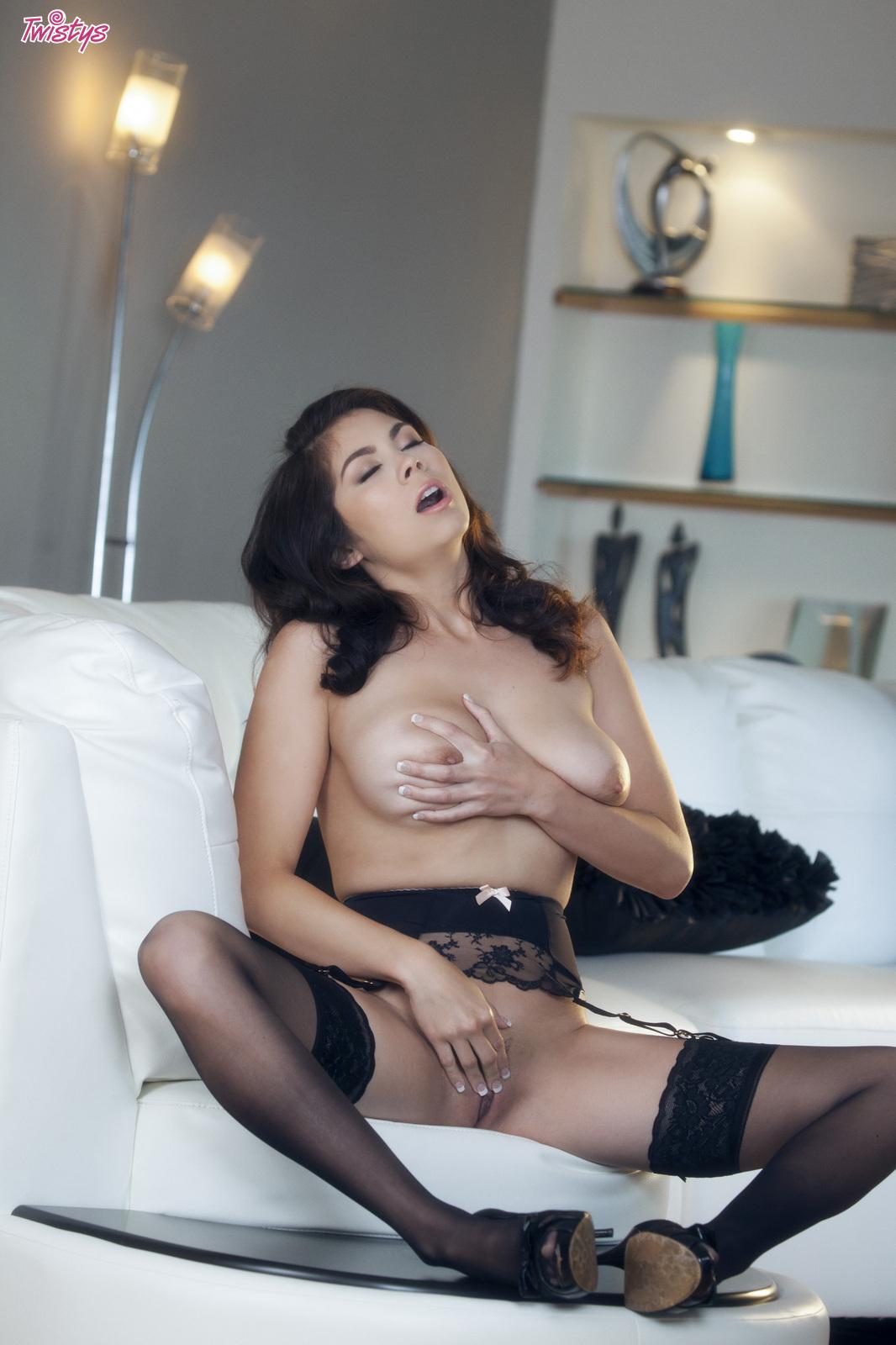 Shower nude ly Mai